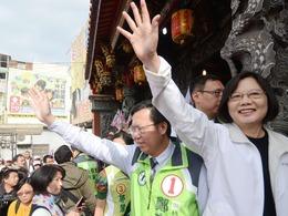 台湾民进党拱柯文哲上神坛反害自己