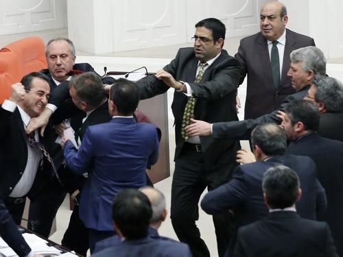 土耳其议会上演全武行:议员互殴
