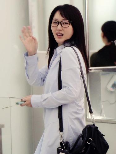 杨钰莹吃防腐剂 着短裙似少女
