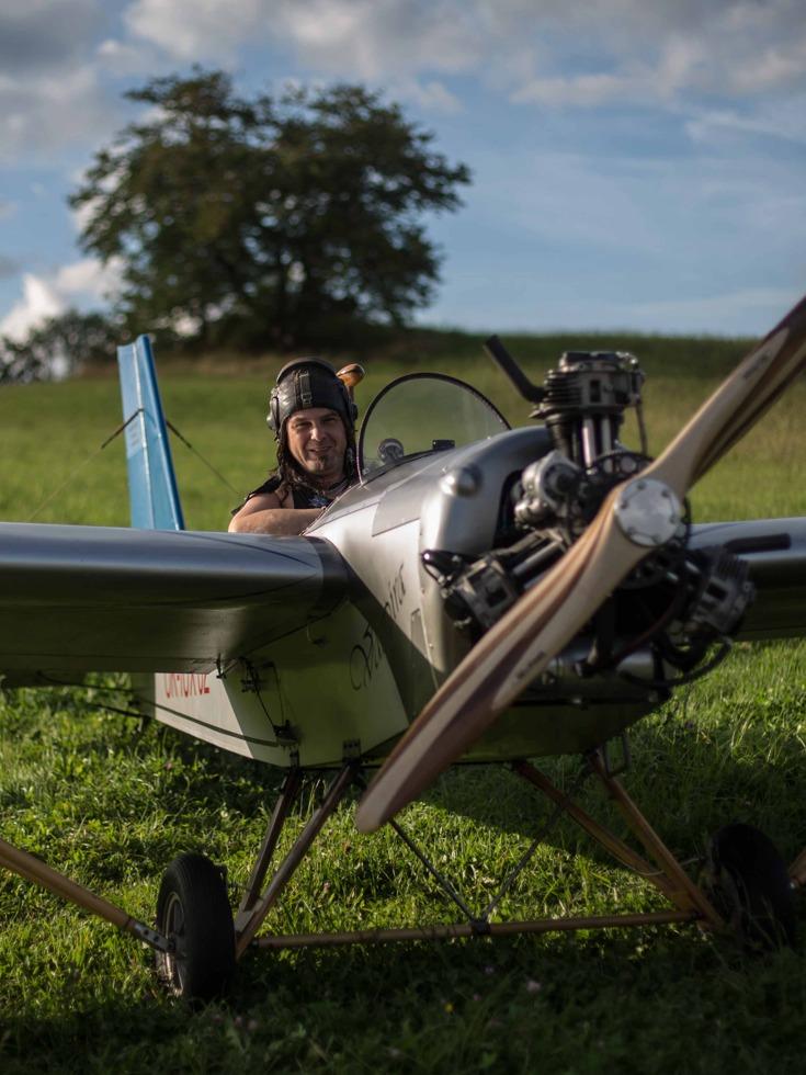 捷克大叔造飞机开着上下班