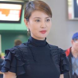 刘芳菲黑裙优雅似空姐