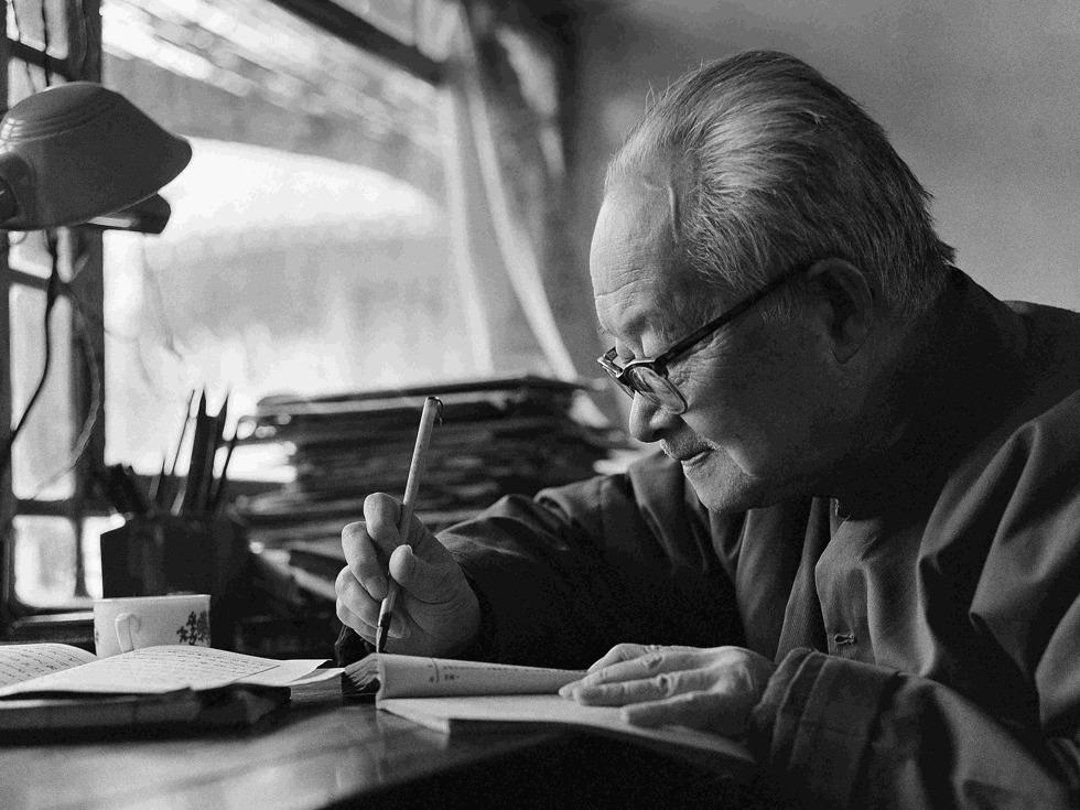 2017年5月10日,是中国著名作家沈从文逝世29周年。他在初涉人世的时候见证了太多的战乱和纷争,在当好的年纪爱上了执手一生的女人,却在结婚后历经苦楚。(图源:VCG)