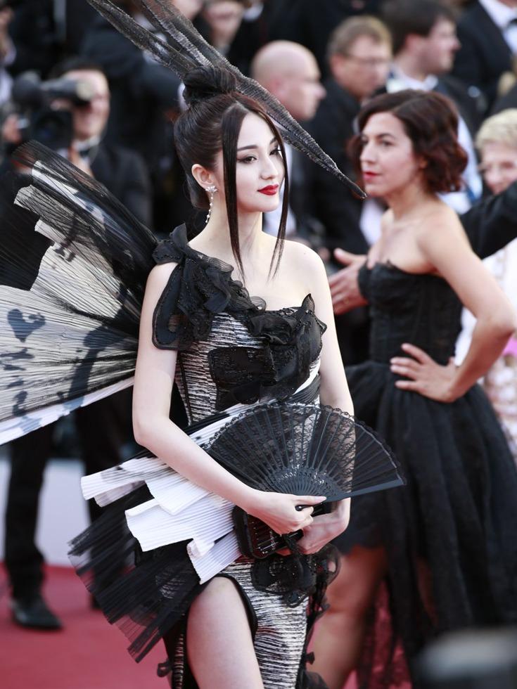 """说到雷人,是指她的头饰,特别奇特,长度惊人,形状酷似""""武器""""。但长裙配合手中的扇子中国味十足,演绎出一种东方美。(图源:VCG)"""