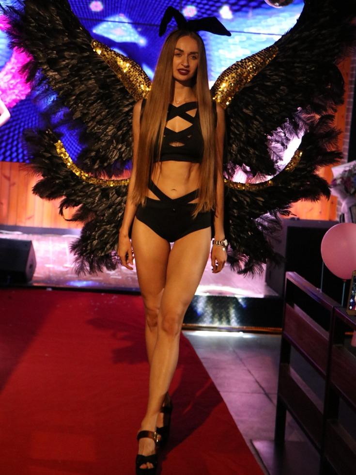 曼妙的身材,性感的内衣,在宜昌的一家餐厅内正上演着精彩的维密秀。(图源:VCG)