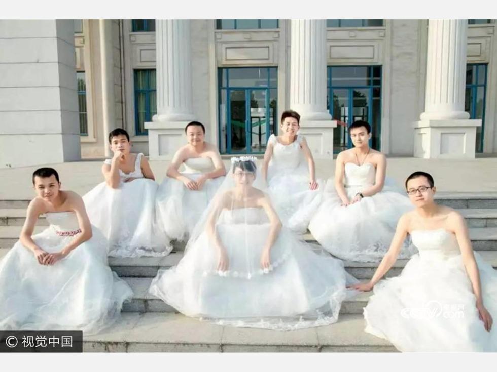 2015年5月20日,河南省商丘师范学院男学生拍摄婚纱毕业照。(图源:VCG)