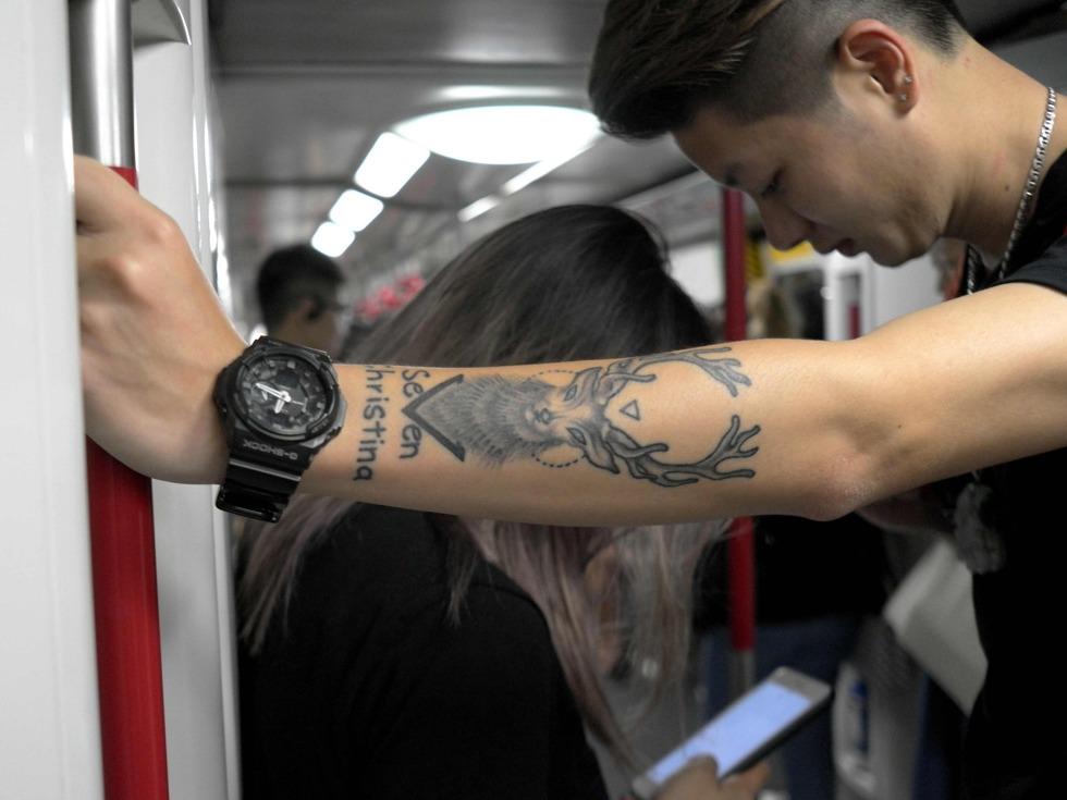 据了解,香港和国外地铁很多都采用同台换乘设计,即只需走到对面站台便可换乘。而且这种同台换乘可在多个站实现,即平行换乘。图为2017年5月18日,一对结婚不久的青年乘坐地铁出行。(图源:VCG)