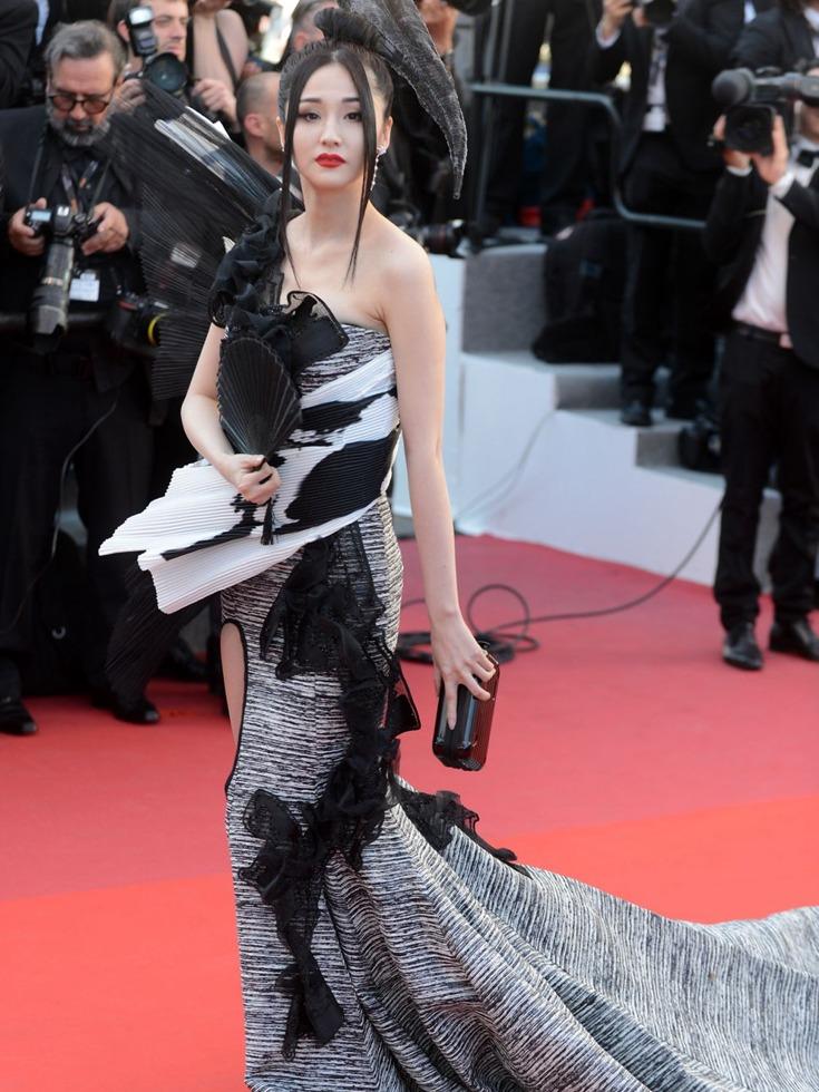 """她也因主演外语影片《蝴蝶之吻》,被不少欧洲观众认为是""""东方第一美女""""。图为戛纳红毯上的蓝燕。(图源:VCG)"""