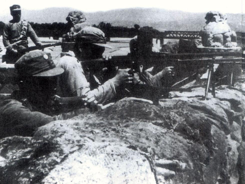 1937年7月7日,中国军队在卢沟桥抗击日军的进攻。(图源:VCG)