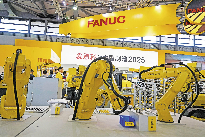中国正在迈入制造犟国行列。2018年4月9日,在上海国际数控机床展上,自动化生产缐机器人演示机械臂精确定位。
